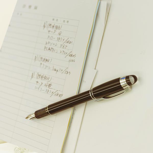 カルテとペン